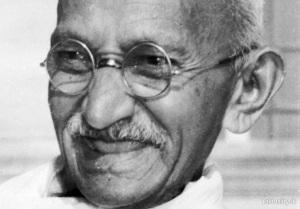 Gandhi_llegeix